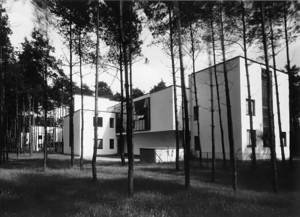 Masters' Houses, Kandinsky-Klee from north-west, architecture: Walter Gropius / photo: Lucia Moholy, 1926. Bauhaus-Archiv Berlin / © VG Bild-Kunst, Bonn 2016. Source: Masters' Houses, Kandinsky-Klee from north-west, architecture: Walter Gropius / photo: Lucia Moholy, 1926. Bauhaus-Archiv Berlin / © VG Bild-Kunst, Bonn 2016. Source: bauhaus100.de