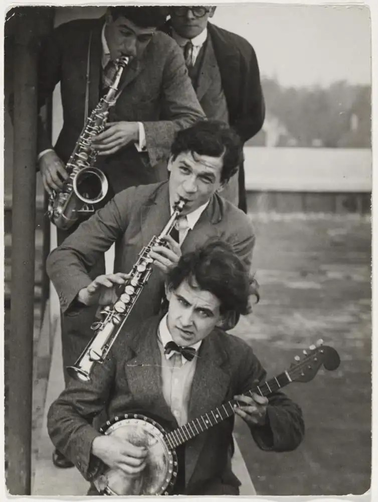 Members of the Bauhaus band (with Oskar Schlemmer, Werner Jackson, Xanti Schawinsky, Hermann Clemens Röseler), photo: T. Lux Feininger, around 1928. Bauhaus-Archiv Berlin / © T. Lux Feininger Estate. Source: https://www.bauhaus100.de/en/past/people/ students/theodore-lux-feininger/index.html
