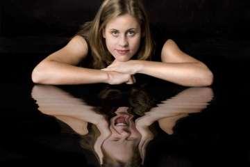 γυναίκα κριτής, κριτική καθρέφτης