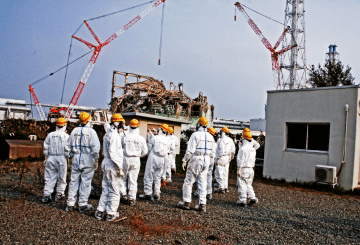 Members of the IAEA International Remediation Expert Mission to Japan examine Reactor Unit 3b_1600x1067