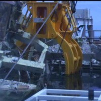 Workers drop refueling crane console into Fukushima Daiichi Reactor 3 spent fuel pool