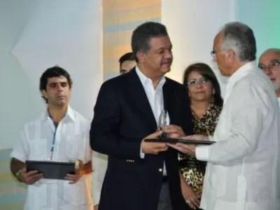 Leonel recibe premio