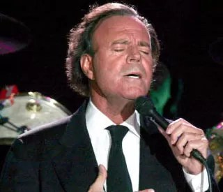 Julio Iglesias cantando