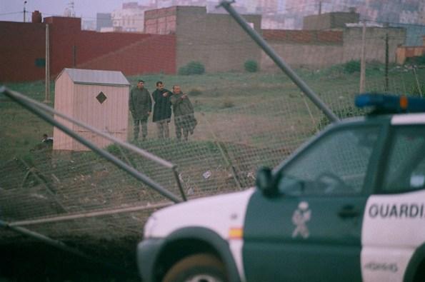 Agentes protegen la Alambrada rota de la frontera de Melilla y Marruecos. / J.P
