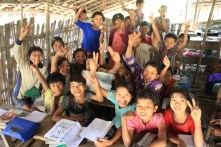 A l'intérieur d'une école en bambou.