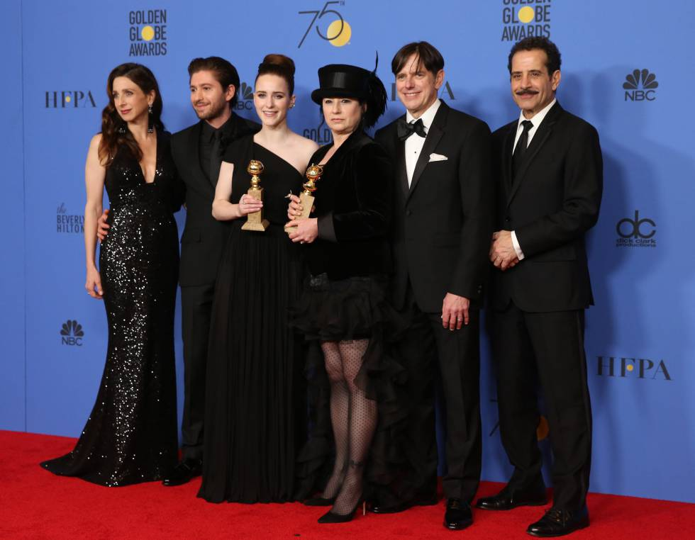 La creadora Amy Sherman-Palladino, el productor Daniel Palladino y el reparto de 'La maravillosa Sra. Maisel' de Amazon con su premio por mejor comedia (y el de mejor actriz de Rachel Brosnahan).