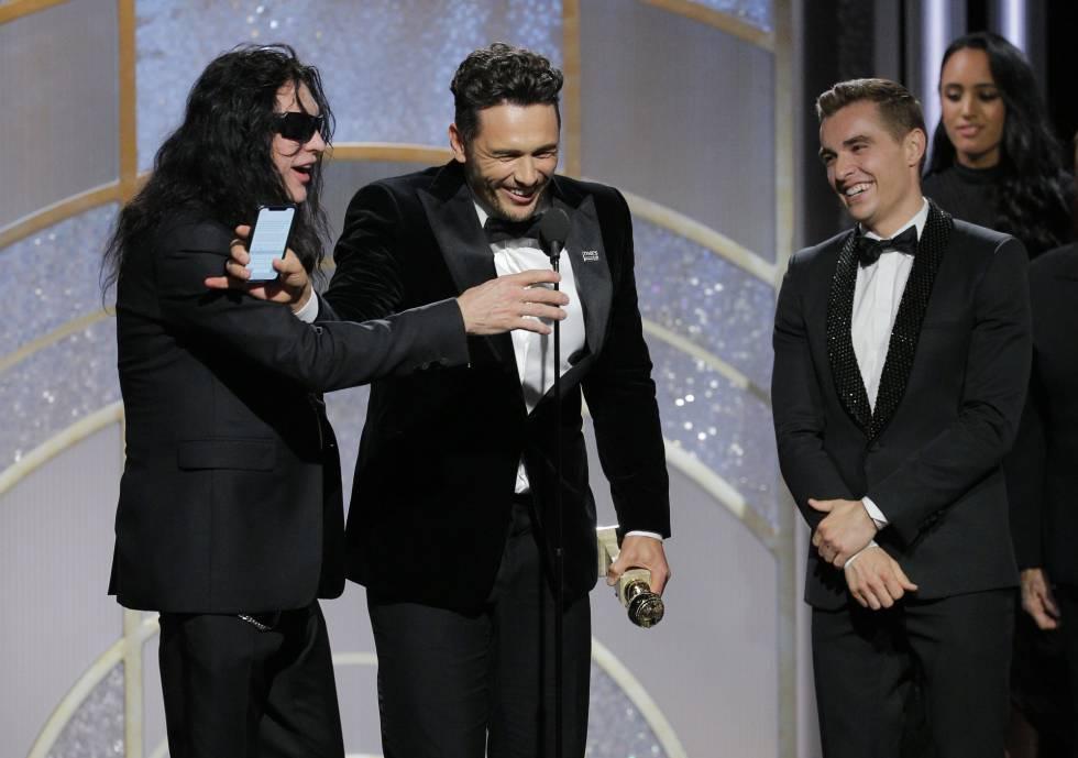 James Franco aparta a Tommy Wiseau (a quien interpreta en la película) para dar su discurso con el móvil tras ganar como mejor actor por 'The Disaster Artist'. A la derecha, su hermano Dave Franco.