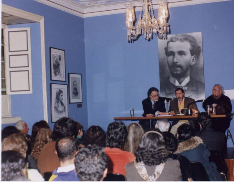 Desde la izquierda, Pedro Alejo Gómez, actual director de la Casa de Poesía Silva, y los poetas Francisco José Cruz y Mario Rivero, el 27 de julio de 2006 en la Casa de Poesía Silva de Bogotá.