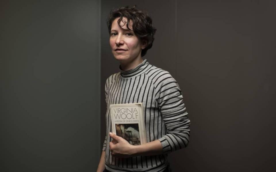 Andrea Valdés, con su edición en inglés de 'A Room of One's Own'.