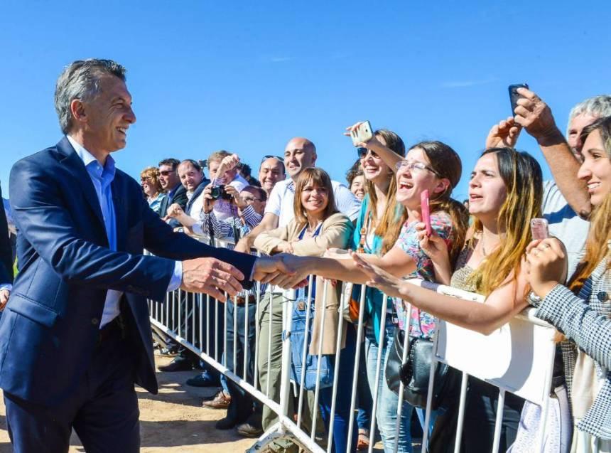El presidente Mauricio Macri saluda a la gente durante la inauguración de una carretera en Luján, el 10 de noviembre.
