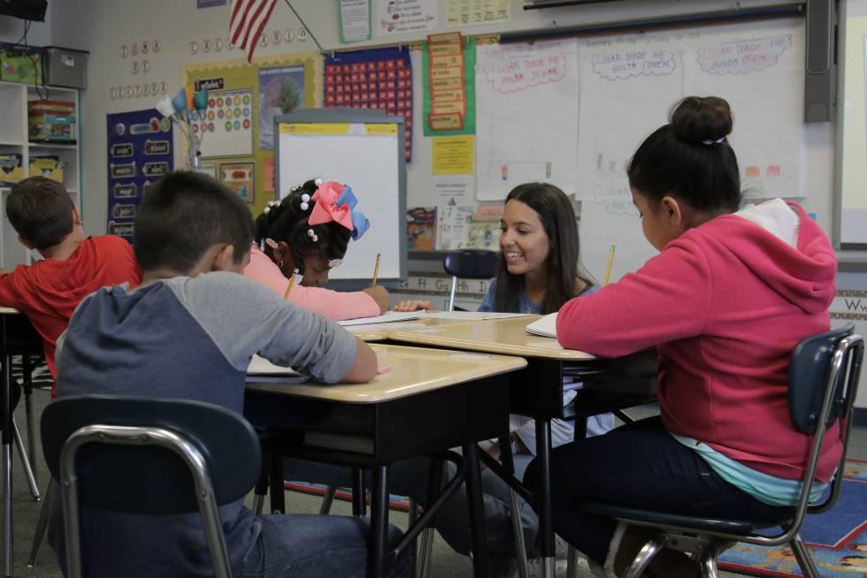 La profesora española Lucía Fernández, con sus alumnos de tercero de Primaria en Carolina del Norte (EE UU).