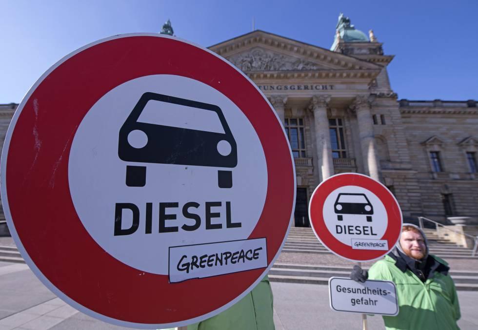 Varios activistas frente al tribunal que ha permitido prohibir el diésel en ciudades de Alemania.