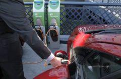 Recarga de un coche eléctrico. / LUIS SEVILLANO