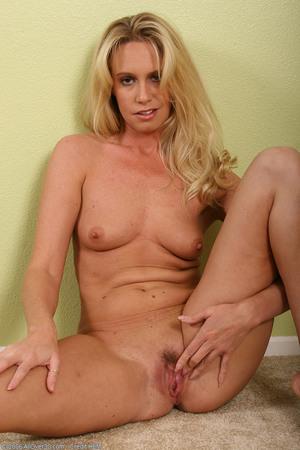 saggy amateur wife pee