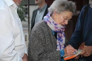 Emmanuelle Riva signature