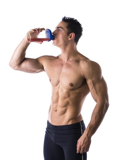 Mann trinkt Proteinpulver Shake