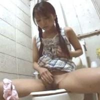 【アダルト動画】(おなにームービー)中●生の幼い小娘がトイレでおなにーしてたからバッチリ秘密撮影しちゃいました☆☆(無料)