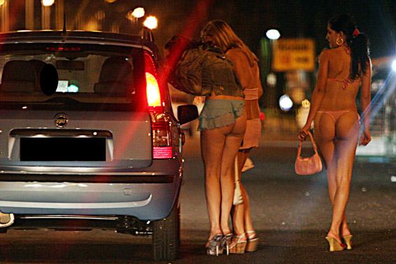 超痴女系女子だらけ…海外の売春婦街がカオス過ぎるwwwwwwwwwwww(写真あり)