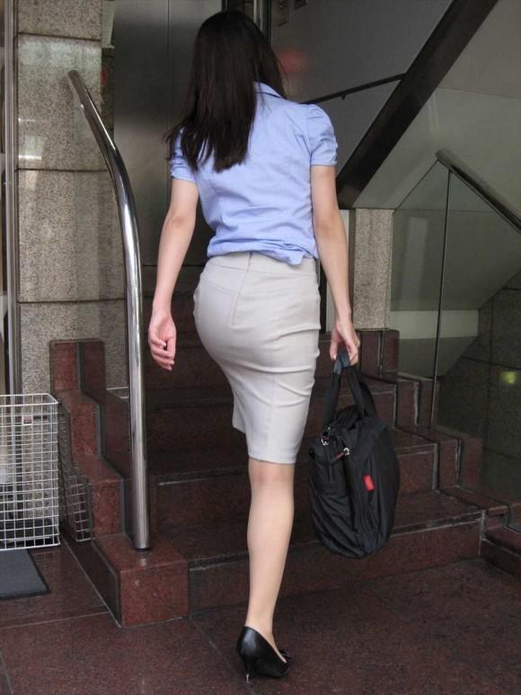 社内レディーさんのセイフク・スーツのタイトスカートのお尻←チカンしてくれという言わんばかりだなwwwwwwwwww(写真あり)
