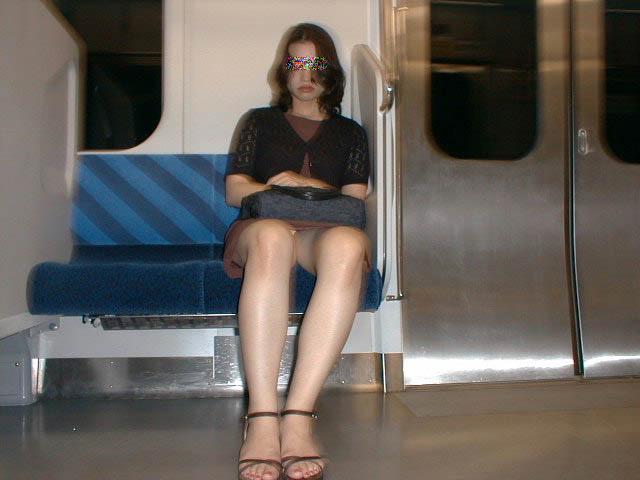 毎朝列車パンツ丸見え拝むために寝坊せずに頑張ってる男が意外と多い件wwwwwwwwwwww(シロウトパンツ丸見え秘密撮影写真あり)