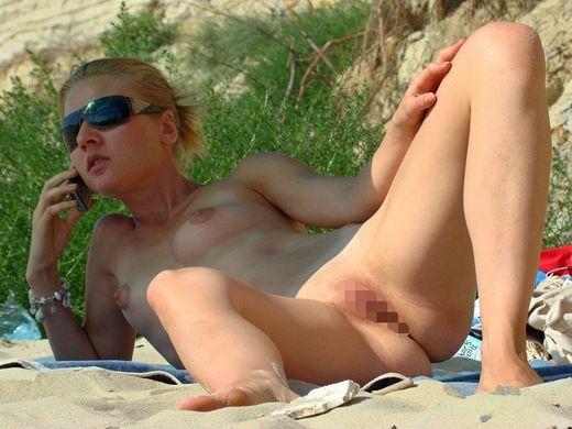 (こマ?)ヌーディストビーチでわざとまんこ見せつけてる女、なんなんやコイツラ・・・(写真28枚)