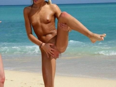 (ドン引き)ヌーディストビーチでのオフザケがすぎる女子たち(写真24枚)