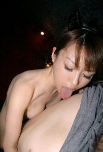 【エロ画像】乳首ナメが得意なSっ気ありの女…あまりにも上手いとフウゾク勤務かと思ってしまうなwwwwwwwwwwwwwww(画像あり)