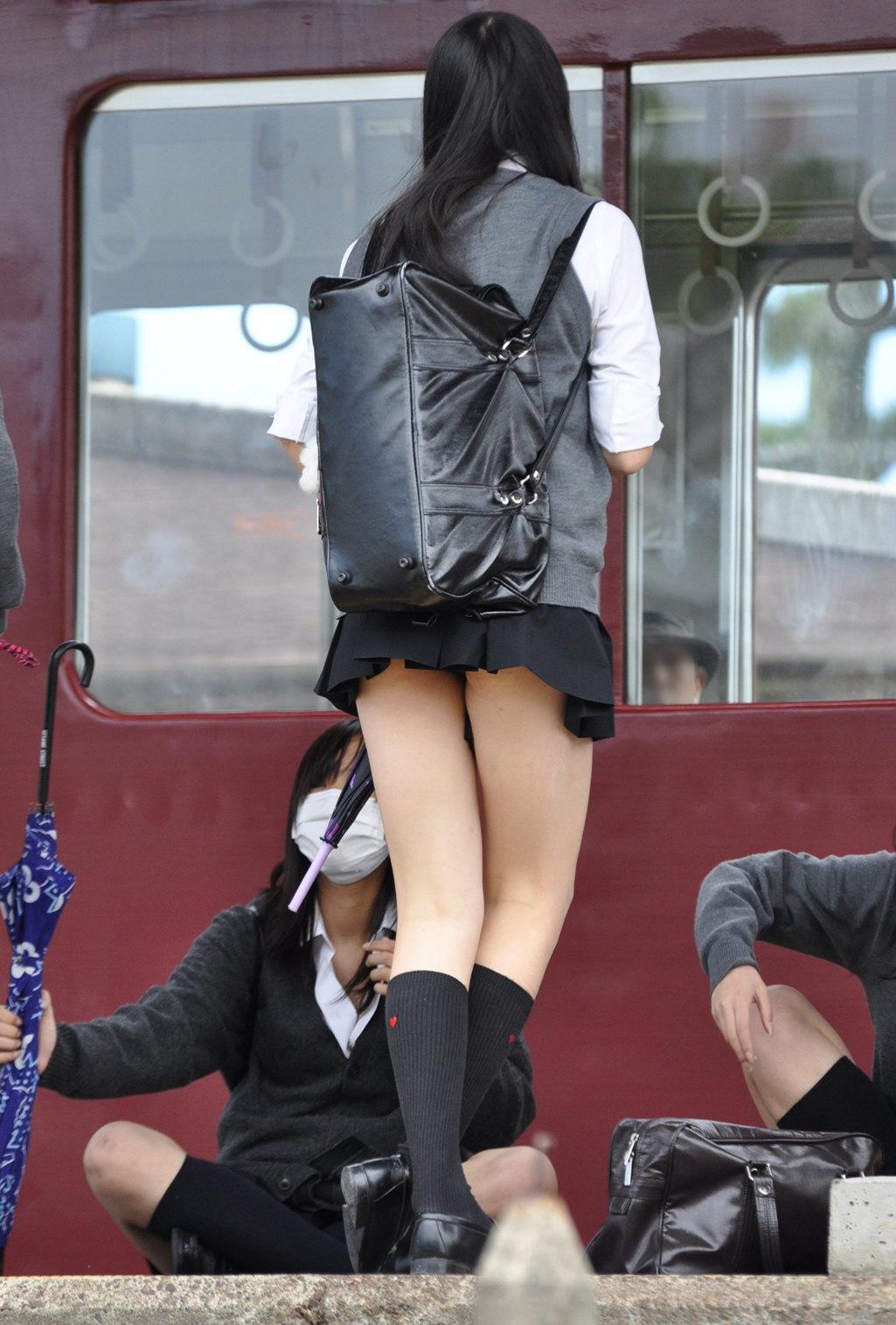 ワイ、10代小娘の生足太もも&パンツ丸見えを拝めるおかげで列車に乗り遅れたことがないンゴwwwwwwwwwwww(秘密撮影写真あり)