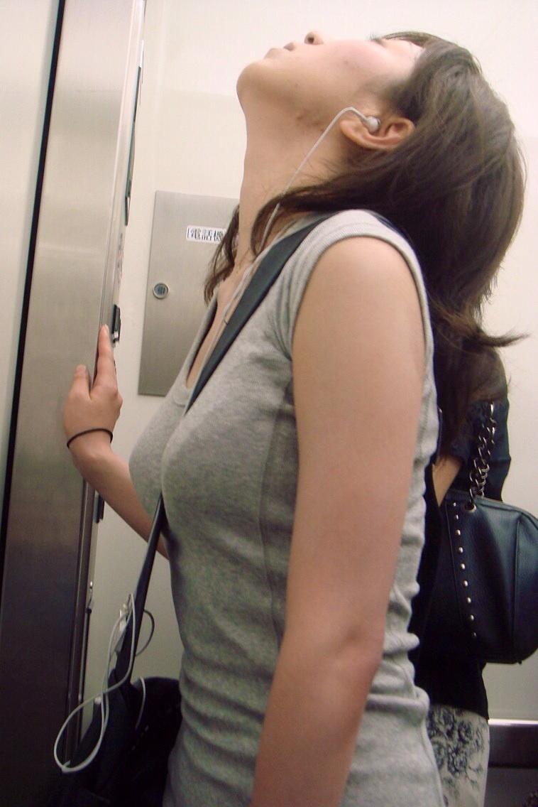 (パイスラ秘密撮影えろ写真)薄着になると美巨乳が強調されてクッソえろいwwwwwwwwwwwwww