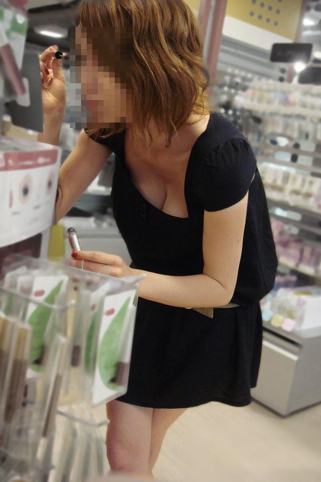 【エロ画像】ゆる~い胸元「胸チラ」してる女ってすぐにヤラせてくれそうだなwwwwwwwwwwwwwww(秘密撮影画像あり)