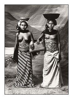 Девушки с острова Бали (1920-е; Tropenmuseum of the Royal Tropical Institute, Amsterdam)