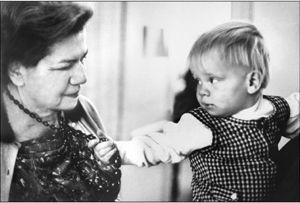 Маргарет Малер (1897–1985) работает с ребёнком