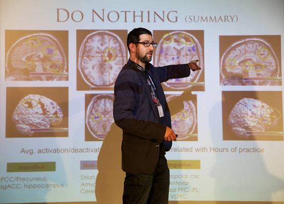 Дэвид Ваго докладывает о результатах своего исследования на конференции Buddhist Geeks.