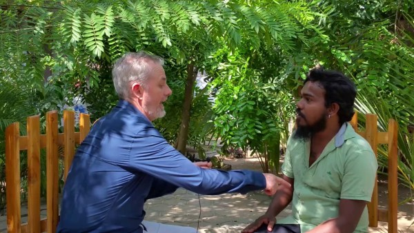 Мо Риддифорд общается на сингальском языке, используя подход Communication Trust-Power