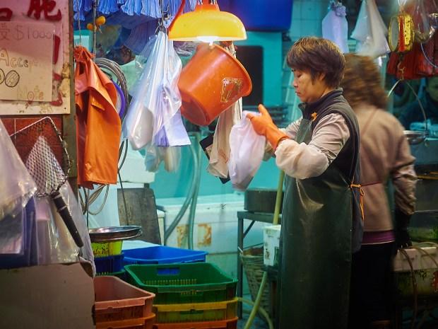 Enda et salg gjennomføres og varene legges i plastposer.