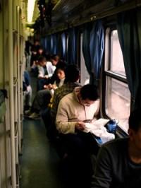 Tidsfordriv utenfor sovekupeen på hard sleepers-vognene mellom Guangzhou og Nanning. ******* Time passes on the Hard Sleeper train between Guangzhou and Nanning.  Specs: Olympus E-500, Sigma 30mm f1.4