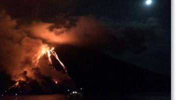 El volcán de la isla italiana de Estrómboli entra en erupción