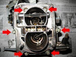 Vista do carburador fora do carro. Faça todo o serviço a seguir em local limpo, sem pó ou fiapos.   Retire os seis parafusos indicados na foto.