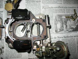 Interior da tampa do carburador.