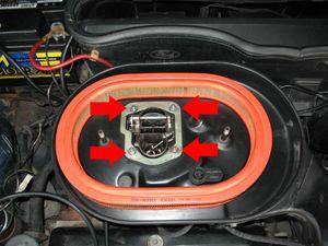 """Retire as quatro porcas que prendem o compartimento do filtro de ar ao carburador com uma chave 10 mm (3/8"""")."""