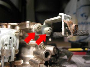 Se achar conveniente, retire o suporte do cabo do afogador, para uma melhor limpeza externa. Para isso, retire os parafusos indicados.
