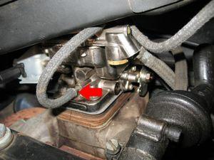 Solte a mangueira indicada do corpo do carburador, e a caixa do filtro de ar se desprenderá por completo. Se o seu carro tiver válvula Thermac, solte seu duto (tubo grosso, sanfonado de cor de prata).