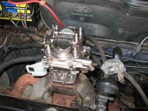 Recoloque o carburador no seu lugar. Aperte as quatro porcas que o fixam. De preferência, dê o aperto final em cruz. É bom deixá-lo bem apertado, mas sem forçar demais. Cuidado para não espanar as porcas que o fixam.   Religue as mangueiras de combustível, a do avanço, a fina e a grossa da Thermac, o cabo do acelerador e o do afogador. Novamente, se necessário, vide os passos iniciais desse tutorial. Instale novamente a caixa de ar e o filtro, religando suas mangueiras. Se quiser, encha meia tampinha de garrafa pet de combustível e jogue dentro do primeiro estágio (o que tem a borboleta do afogador), para facilitar a partida (pode repetir o processo até funcionar o motor). Dê a partida. Assim que o carro pegar, recoloque a tampa do filtro de ar.   Deixe o motor em marcha lenta para aquecer (espere até a ventoinha armar). Se a marcha lenta não estiver regulada, use um conta-giros (ou o ouvido) para deixá-lo na rotação correta. Proceda então a regulagem da mistura da marcha lenta, da seguinte forma: Utilizando uma chave de fenda pequena, feche o parafuso da mistura (aquele na base do carburador, do lado de trás) até o motor começar a falhar, ameaçando apagar. À partir desse ponto, volte de uma a duas voltas completas do parafuso. Quem vai dizer como o carro se comporta melhor é você, depois de testá-lo. Se quiser, faça o acerto fino do carburador em outro dia, de preferência em um dia de temperaturas amenas, mas sempre com o motor quente.