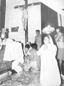 Auxilio.   Recibió algunos auxilios en la iglesia y luego fue trasladado a la Policlínica, en donde fue declarado muerto.