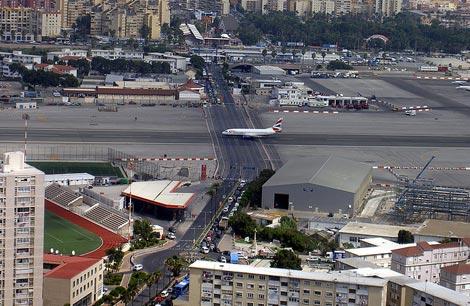Gibraltar: O aeroporto europeu onde uma avenida cruza a pista dos aviões