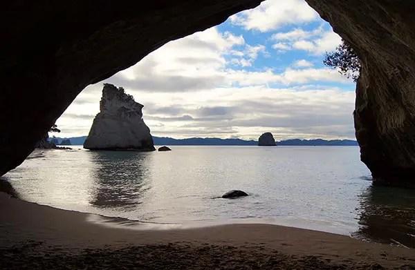Conheça a belíssima praia Cathedral Cove, na Nova Zelândia