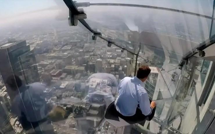 Los Angeles inaugura tobogã de vidro no 70º andar de prédio