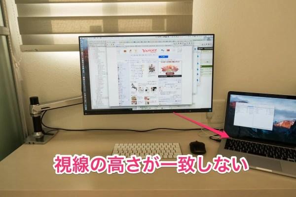 スタンド設置前の液晶ディスプレイとノートパソコン