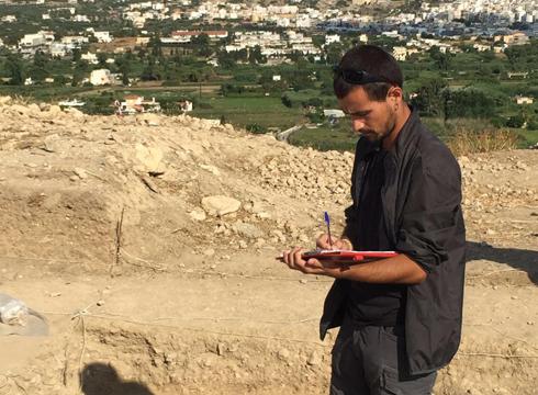 Ugaitz  Muñoa  «Arkeologo  lanak  egiten  dihardugu  Kretako  Petras  kokalekuan»