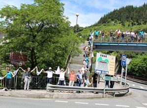 Giro ederrean eta eguzkia lagun osatu dira gaurko giza katearen Eibarko hiru kilometroak